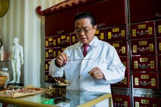 Dr. Chen, a hagyományos kínai gyógyász